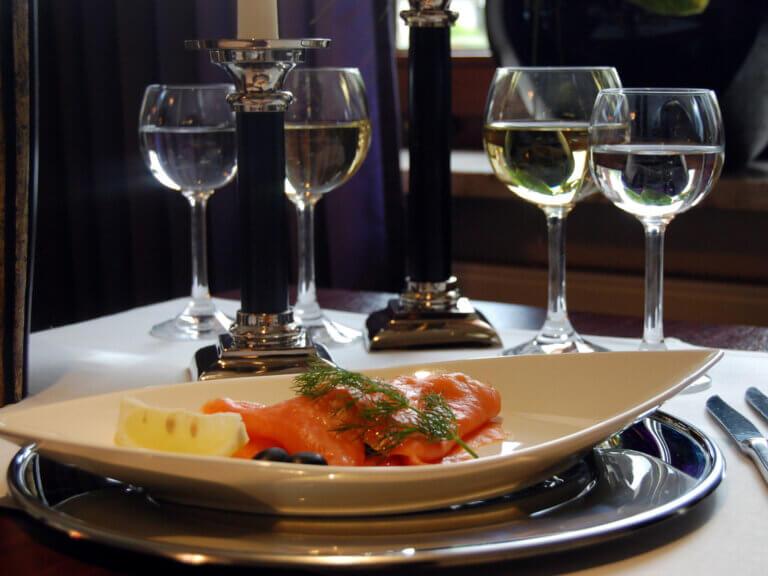 Lachsmenue mit zwei Gläsern Wein